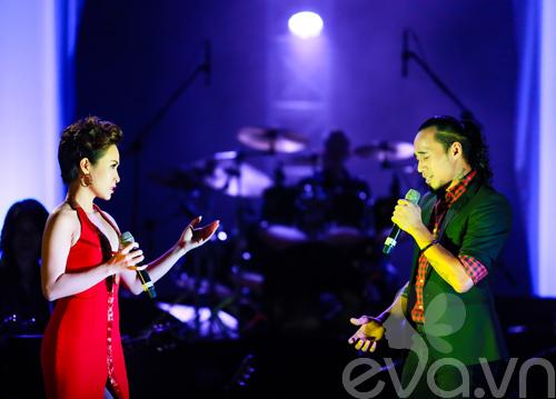 Quốc Trung hôn Uyên Linh trên sân khấu-14