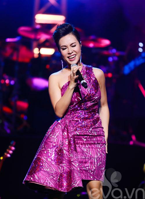 Quốc Trung hôn Uyên Linh trên sân khấu-7