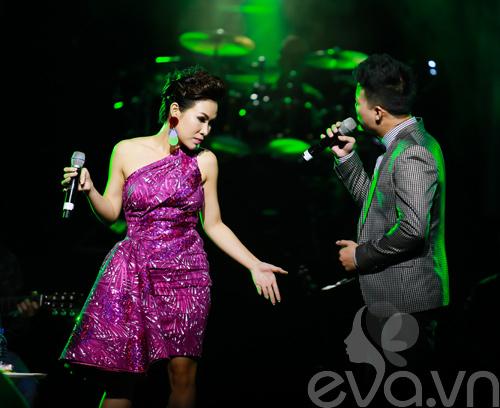 Quốc Trung hôn Uyên Linh trên sân khấu-8
