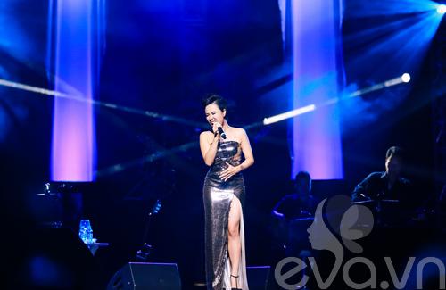 Quốc Trung hôn Uyên Linh trên sân khấu-10