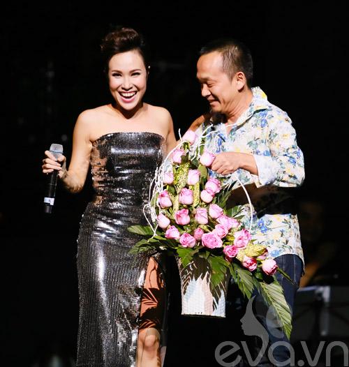 Quốc Trung hôn Uyên Linh trên sân khấu-1