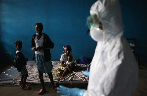 Rơi nước mắt trong 'trận chiến' với Ebola-2