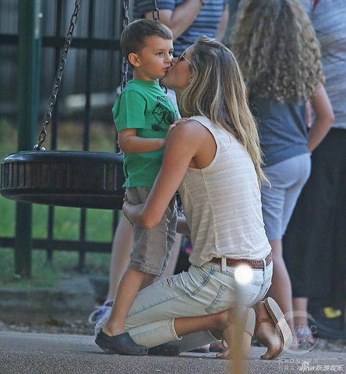 """Eva """"soi"""" 21/8: Brad Pitt gò bó khi sống cùng Angie?-13"""