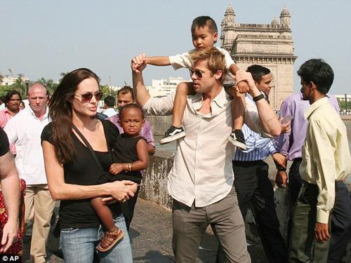 """Eva """"soi"""" 21/8: Brad Pitt gò bó khi sống cùng Angie?-1"""