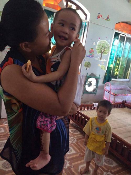 Bé gái 'có giòi' vui vẻ khi rời chùa Bồ Đề - 1