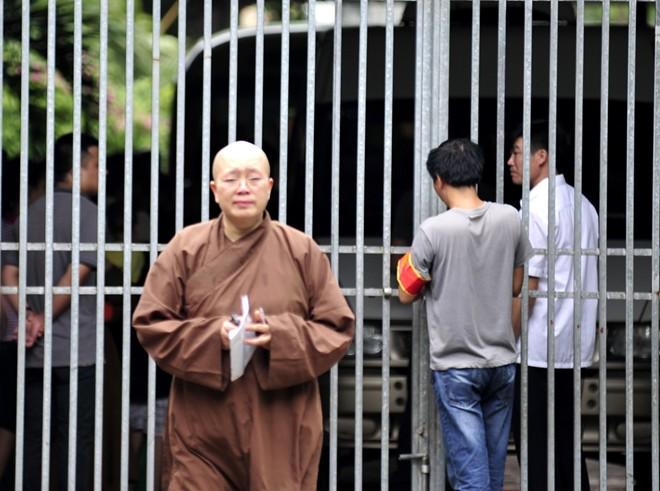 Sư Đàm Lan rơi lệ phút tiễn biệt ở chùa Bồ Đề - 6