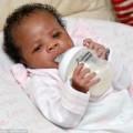 Tin tức - Kỳ lạ bé sơ sinh 3 ngày tuổi tự cầm bình uống sữa