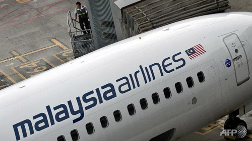 lai mot may bay malaysia airlines phai ha canh khan cap - 1