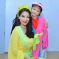 Làng sao - Bảo Tiên mặc áo tứ thân duyên dáng bên mẹ