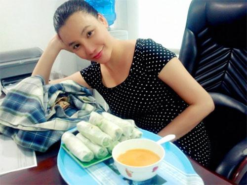 Hồ Quỳnh Hương âu yếm chú rùa cưng - 2