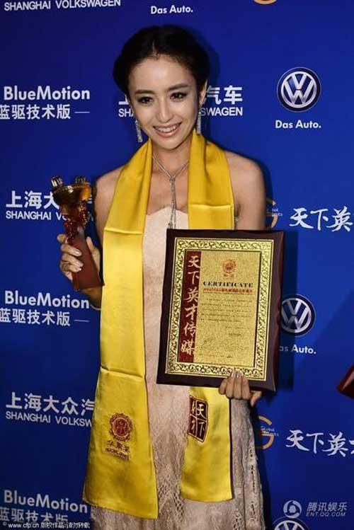 """Đồng Lệ Á """"thắng đậm"""" tại Lễ trao giải Hoa Đỉnh - 2"""