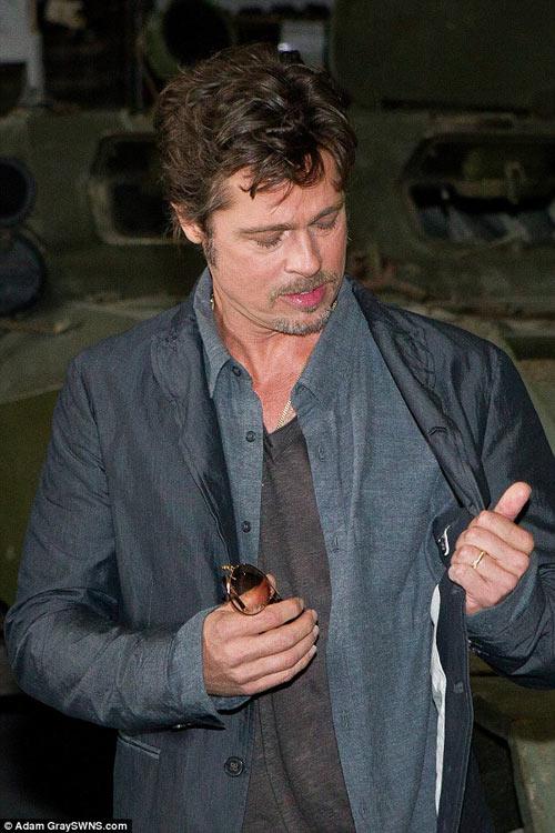 Brad Pitt lộ diện với nhẫn cưới trên tay-4