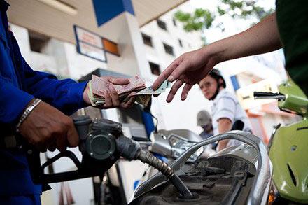 Từ 12h trưa nay, xăng lại giảm giá gần 500 đồng/lít-1