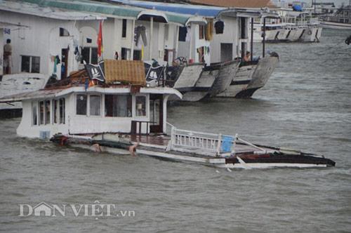 Sóng dữ nhấn chìm tàu du lịch thứ 3 trên vịnh Hạ Long-1