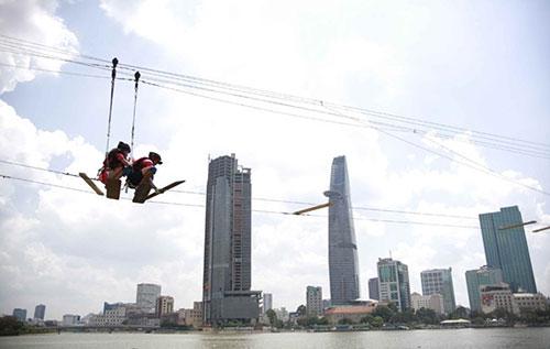 Hương Giang Idol đi trên dây qua sông Sài Gòn-9
