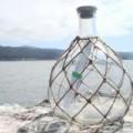 Xem & Đọc - Lá thư lạ trong chiếc chai lênh đênh trên biển
