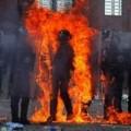 Tin tức - Ảnh ấn tượng: Cảnh sát bắt cháy từ bom xăng
