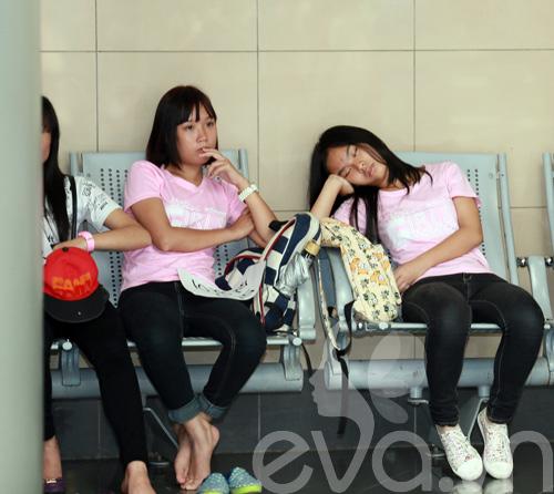 fan cuong snsd xep hang dai o san bay cho than tuong - 6