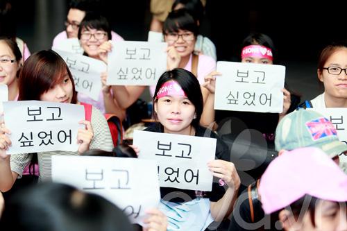 fan cuong snsd xep hang dai o san bay cho than tuong - 13