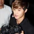 Làng sao - Kim Hyun Joong tươi cười rời sở cảnh sát
