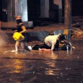 Tin tức - TPHCM ngập, người dân ngã sõng soài trên đường