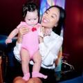 Làng sao sony - Con gái Đoan Trang ngoan ngoãn theo mẹ đi sự kiện