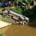 Tin tức - Xe Innova lao qua mép cầu, bay xuống kênh