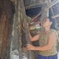 Tin tức - Cám cảnh người mẹ nghèo bán dưa nuôi con bại liệt