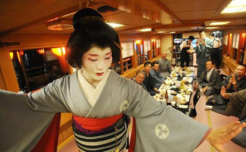 cuoc song cua mot geisha nam sau lop phan trang diem - 12