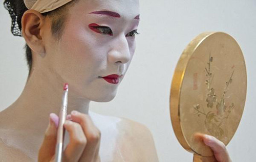 cuoc song cua mot geisha nam sau lop phan trang diem - 2