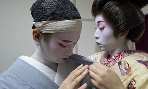 cuoc song cua mot geisha nam sau lop phan trang diem - 8