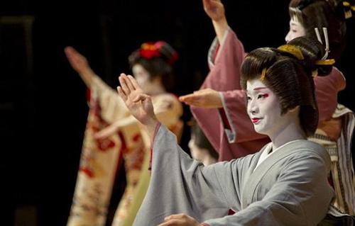 cuoc song cua mot geisha nam sau lop phan trang diem - 14