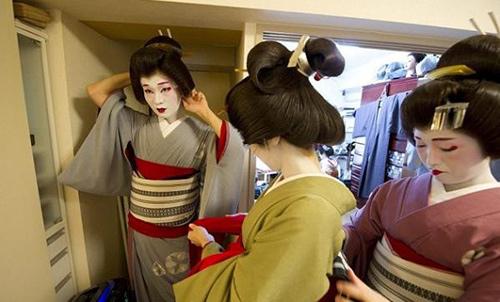 cuoc song cua mot geisha nam sau lop phan trang diem - 11