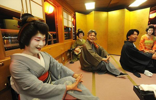 cuoc song cua mot geisha nam sau lop phan trang diem - 13