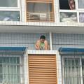 Tin tức - Ngồi trên mé tầng 11 để trốn mẹ vì chưa làm bài tập