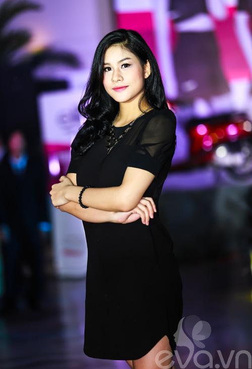 MC Hoa hậu thế giới mặc áo tắm bốc lửa không kém siêu mẫu