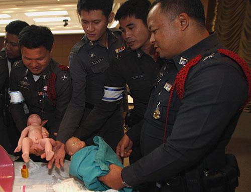 canh sat thai lan hoc do de cho phu nu mang thai - 5