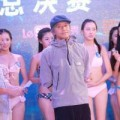 Phim - Châu Tinh Trì uể oải đứng giữa dàn mỹ nhân bikini