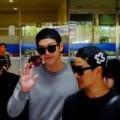 Làng sao - Bị vây kín, Kim Woo Bin vẫn thân thiện vẫy chào fan