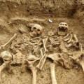 Tin tức - Phát hiện hài cốt cặp đôi nắm tay nhau suốt 700 năm