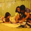 Làm mẹ - Loạt ảnh bố nuôi hai con gái trên vỉa hè gây xúc động