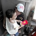 Bé 4 tuổi bị bạo hành: Bố ruột vui vẻ đợi kết quả ADN