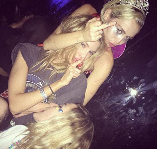 """Tìm tung tích chân dài """"khóa môi"""" gây sốc với Miley Cyrus - 4"""