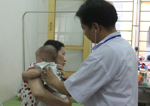 cho tre sot virus uong khang sinh co the gay bien chung nang - 2