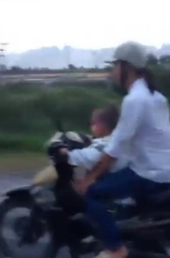 clip: be trai 5 tuoi phong xe may vu vu tren duong - 3
