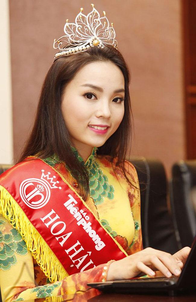 1. Hoa hậu Kỳ Duyên. Ở thời điểm đăng quang Hoa hậu Việt Nam 2014, Kỳ Duyênsở hữu khuôn mặt khá to về bề ngang. Hơn nữa, khuôn miệng quá bé của Kỳ Duyên cũng làm giảm đi nhiều sức hút cho nụ cười.