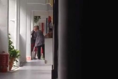 cu gia bi con gai tat toi tap gay rung dong singapore - 1