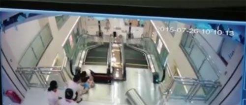 video: tai nan thang cuon kinh hoang khien me bi 'nuot chung' - 2