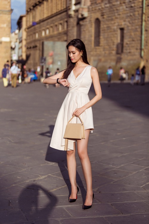 hh thuy dung khoe ve dep a dong tren duong pho italy - 4
