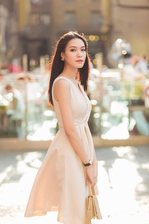 hh thuy dung khoe ve dep a dong tren duong pho italy - 6